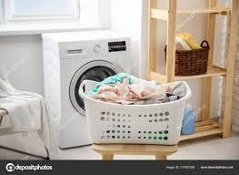 Korb Mit Wäsche Auf Hocker Und Eine Waschmaschine Im Badezimmer