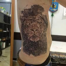 фото тату льва в стиле реализм на боку парня фото рисунки эскизы