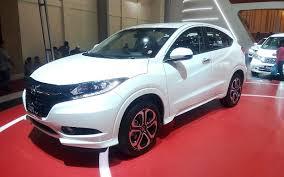 Honda HRV berwarna putih di dealer mobil honda pamulang