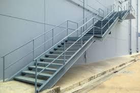 Die geländerpfosten sollten vertikal und mit schrauben befestigt werden, während der handlauf und geländerbretter dem genauen winkel der treppe folgen sollte. Stahltreppe Selber Bauen Das Mussen Sie Beachten