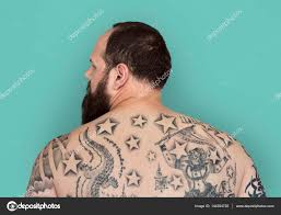 фото волос со спины человек с тату на спине стоковое фото