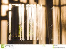 Morgensonne Die Durch Ein Fenster Und Hölzernen Fensterläden Auf Mo