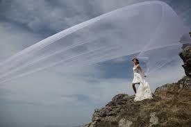 フリー写真画像: 風, ベール, ウェディングドレス, ハイランド, ハイカー, 女の子, 人々, 結婚式, ランドス ケープ, 山