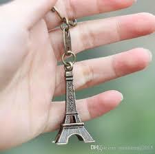 hand holding eiffel tower necklace ile ilgili görsel sonucu