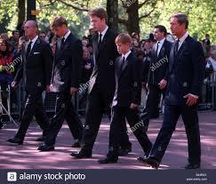 La principessa Diana funerali 6 settembre 1997 il Principe Carlo principe  Harry Conte Spencer il principe William e il Principe Filippo in Princess  Diana il corteo funebre Foto stock - Alamy