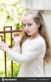 Dívka S Dlouhými Vlasy Na Klidný Obličej Městské Pozadí Kluk Holka