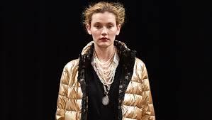 C чем носить золотой <b>пуховик</b>? | Практика на www.elle.ru