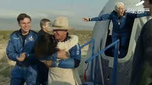 جيف بيزوس الرجل الأكثر ثراء في العالم يعود إلى الأرض بعد رحلة إلى الفضاء
