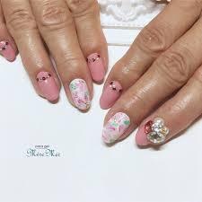 Satomi Kawamitsuさんのネイルデザイン お花トレンド 夏ネイル