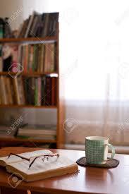 Becher Mit Buch Auf Einem Kleinen Tisch Und Regal Mit Bücher Nex Zum