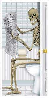 Decorazione con scheletro per la porta del bagno