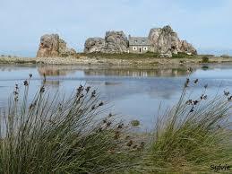 tout près de la maison se trouve le gouffre une faille impressionnante entre deux rochers où la mer vient se fracer furieut