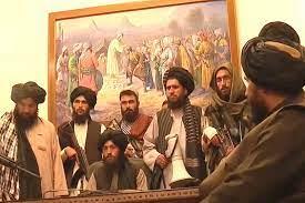 """لوحة فنية ظهرت في المؤتمر الصحفي لـ""""طالبان"""".. فنان تشكيلي يشرح رمزيتها  (صورة) - RT Arabic"""