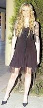 Esra Sever Esra Hanım diz üstü elbisenizi tülle hareketlendirmiş olmanız yerinde bir tercih. Omuzların şalla kapanmasına gerek var mıydı acaba. - ctuna1