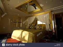 Ein Schlafzimmer Mit Einem Spiegel An Der Decke Im Burj Al Arab