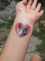 неоновые флюоресцентные татуировки светятся в ультрафиолете