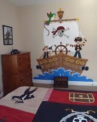 Piraten Wandtattoo Mit Einem Schiff Im Wasser Und Zwei Jungen Die Das  Zimmer Bewohnen Kinderzimmer