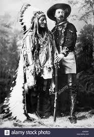 Sitting Bull, Häuptling der Sioux, und Buffalo Bill Cody, ca. 1885  Stockfotografie - Alamy