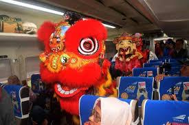 Ada dua penari yang memeragakan tari tersebut, satu orang menjadi kepala naga sementara satunya menjadi ekor naga. Foto Atraksi Barongsai Hibur Penumpang Di Stasiun
