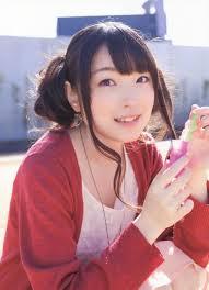 赤色の服を着た上田麗奈