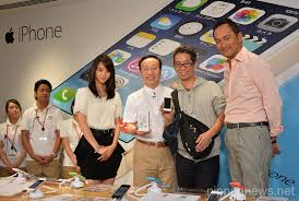 iphone japan. docomo shops starting to sell the new iphone 5s and 5c iphone japan