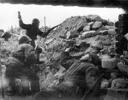Сталинградская битва Солдат с гранатой в окопе Вторая мировая  Великая Отечественная Война Сталинградская битва 200 дней и ночей День освобождения Сталинграда 2 февраля 1943 года