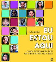 """Capa do livro """"Eu estou aqui"""". Fotos de crianças preenchem quadradinhos enquanto outros permanecem vazios em cores diferentes"""