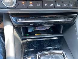 Một trong những thứ vô dụng nhất trên Mazda 6 của mình. Sạc không dây. Chạy  một hồi là điện thoại n