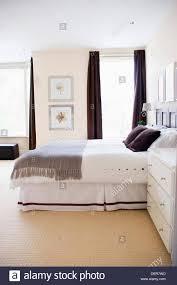 Ein Schlafzimmer Eingerichtet In Ruhigen Tönen Von Grau Weiß Braun