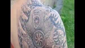 татуировка медведь с славянским оберегом