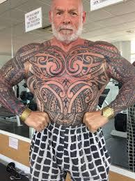 британец за год покрыл все тело татуировками чтобы стать моложе