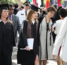 На вручение диплома после окончания Университета Брауна Эмма  На вручение диплома после окончания Университета Брауна Эмма Уотсон прибыла в сопровождении вооруженной охраны