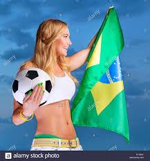Felice fan del calcio brasiliano squadra, allegro girl su stadium il tifo  nel supporto, mantenendo la grande bandiera nazionale del Brasile Foto  stock - Alamy