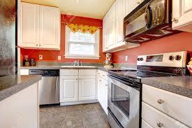 Küchen Mit Holzschränken Und Weißen Geräten Hochglanz 123rfcom Kleine Küche Raum Mit Betonfliesenboden Rote Wände Edelstahl Geräte Und Weißen Holzschränke Standard Mit Rote