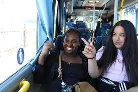 Häng med Ahlem och Adama på bussluff