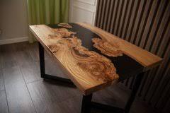 <b>Обеденный стол</b> в таунхаус, оформленный в стиле <b>life</b> edge