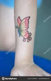 бабочка стикер руку ребенка одеваются татуировки стоковое фото