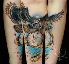 сова с часами цветная татуировка на предплечье сделать тату у