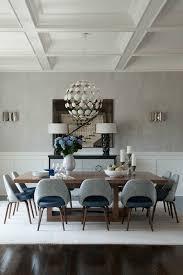 Meubles Dans La Salle à Manger Moderne Avec Plafond Haute Et Lustre