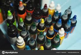 несколько бутылок с красочные чернила для татуировки стоковое фото