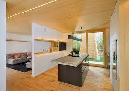 Moderne Küche im Alpenstil mit viel Holz und Licht dazu gibt es