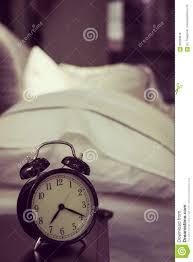 Retro Wecker Der Auf Einem Nachttisch In Einem Schlafzimmer Vinta