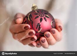 ženské Ruce Hnědý Lak Nehty Manikúra Drží červenou Vánoční Kouli