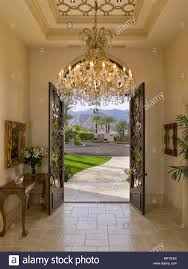 Prunkvolle Kronleuchter Im Flur Mit Offenen Türen Stockfoto