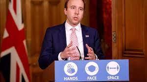 قُبلة من وزير الصحة البريطاني لكبيرة مساعديه تثير جدالا حول تعيين المقربين