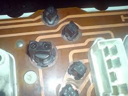 Контрольная лампа зарядки аккумулятора бортжурнал Лада  Провод на приборке идет не очень удобно после него оранжевый еще подается на лампочку недостаточного уровня тормозной жидкости и мне пришлось разрезать