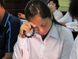 Image result for hình ảnh một bà già đang lần chuỗi hạt, niệm Phật