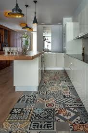 bodenbelag fliesendesign weiße küchenschränke