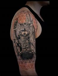 фото татуировки в стиле реализм на плече парня фото рисунки эскизы