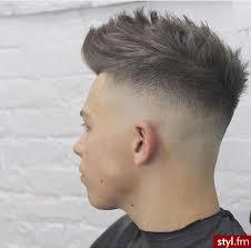 Panowie, którym nieco odrosły włosy i szukają pomysłu na ciekawą stylizację, mogą zainspirować się jednym z poniższych stylów, które są bardzo modne w tym sezonie: Najswiezsze Informacje Ze Swiata Gwiazd Mody Urody Fryzur Dzieki Artykulom Styl Fm Wiesz Wszystko Przed In High Fade Haircut Mens Haircuts Short Faded Hair